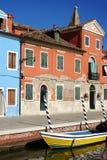 Canal con los barcos en la isla de Burano, Venecia, Italia Foto de archivo