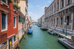 Canal con los barcos en Venecia, Italia Foto de archivo