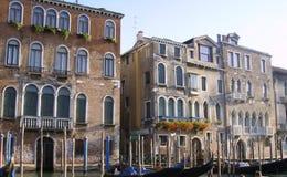 Canal con los edificios viejos, Italia del agua de Venecia Foto de archivo libre de regalías