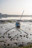 Canal con marea baja de Walney de la madrugada del barco Fotografía de archivo