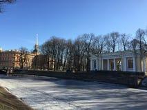 Canal congelé et la vue du château de jardin et de St Michael d'été en hiver Photos libres de droits