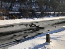 Canal congelado ao longo do rio de Lehigh do lado fotos de stock royalty free