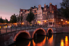 Canal d'Amsterdam au crépuscule, Hollandes Image libre de droits