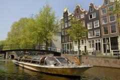 Canal d'Amsterdam avec le bateau Photo libre de droits