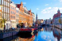 Canal d'Amsterdam avec les bateaux et le ciel bleu photo stock