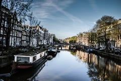 Canal d'Amsterdam dans le printemps Images stock
