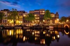Canal d'Amterdam, pont et maisons médiévales le soir Image libre de droits