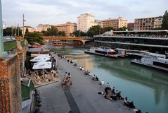 Canal d'expédition dans la ville de Vienne photographie stock libre de droits