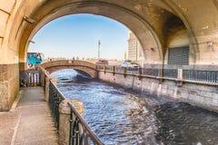 Canal d'hiver avec la voûte au-dessus du pont d'ermitage, St Petersburg, RU Photographie stock