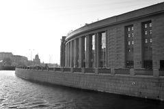 Canal d'Obvodny et bâtiment de magasin de Frunzensky images libres de droits