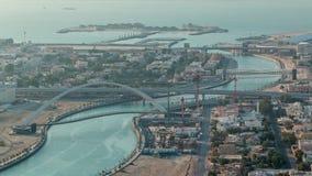 Canal da água de Dubai com o passadiço durante o timelapse aéreo do por do sol do telhado do centro dos arranha-céus vídeos de arquivo