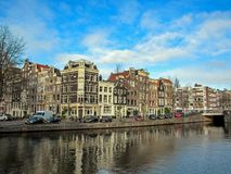 Canal da cidade e construções de tijolo flamengas tradicionais holandesas famosas em Amsterdão, Holanda, Países Baixos fotos de stock royalty free