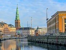 Canal da cidade e construções históricas de Copenhaga com St Nikolaj Contemporary Art Center na igreja, marco notável de imagem de stock