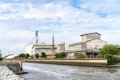 Canal da grande construção industrial da fábrica e ponte laterais da água do aqueduto através da estrada para a drenagem ao mar c imagens de stock