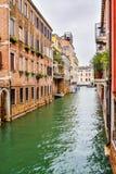 Canal da ?gua entre constru??es na cidade de Veneza, It?lia imagem de stock royalty free