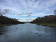 Canal da paisagem em Fontainebleau imagens de stock