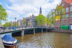 Canal dans la ville d'Amsterdam au printemps Image libre de droits