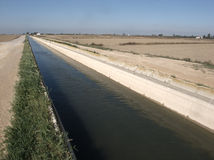 Canal dans le delta d'Ebre photos stock