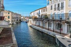 Canal dans le port Grimaud, France Photographie stock