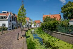 Canal dans le vieux village de Maasland, Netherlannds Photos stock