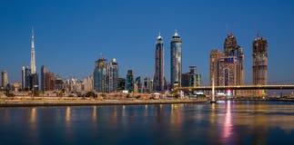 Canal de agua de Dubai en la noche en bahía del negocio de área del distrito Imagen de archivo