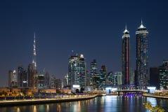 Canal de agua de Dubai en la noche en bahía del negocio de área del distrito Imagenes de archivo
