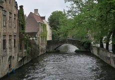 Canal de agua en Brujas, ciudad - monumento de la UNESCO Fotos de archivo libres de regalías
