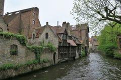 Canal de agua en Brujas, ciudad - monumento de la UNESCO Fotografía de archivo