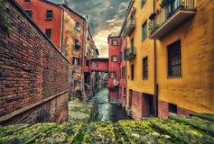 Canal de agua ocultado de Bolonia imagen de archivo