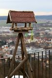Canal de alimentación de madera viejo para los pájaros Imagen de archivo