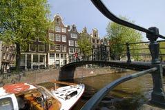 Canal de Amsterdão com barco Fotos de Stock Royalty Free