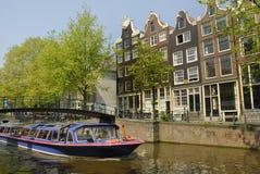 Canal de Amsterdão com barco imagem de stock