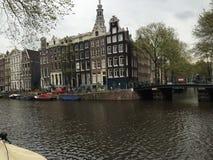 Canal de Amsterdão em um dia chuvoso imagens de stock royalty free
