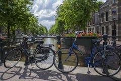 Canal de Amsterdam con las bicicletas en frente Foto de archivo libre de regalías