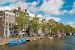 Canal de Amsterdam con los barcos Imágenes de archivo libres de regalías