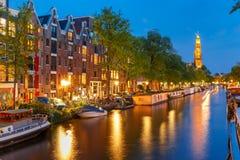 Canal de Amsterdam de la noche e iglesia de Westerkerk Fotografía de archivo