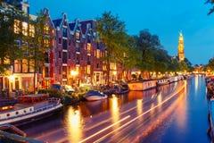Canal de Amsterdam de la noche e iglesia de Westerkerk Foto de archivo