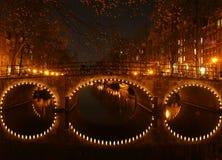 Canal de Amsterdam en la noche Fotos de archivo libres de regalías