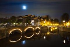 Canal de Amsterdam en panorama de la noche Imagen de archivo libre de regalías
