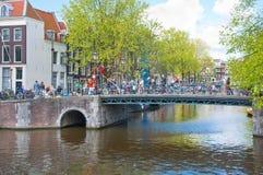 Canal de Amsterdam a lo largo del banco del río en la primavera netherlands Imagen de archivo