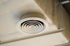 Canal de ar puro, tubulação de ar da indústria no telhado Fotos de Stock