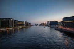 Canal de Copenhague en la noche Imagen de archivo libre de regalías