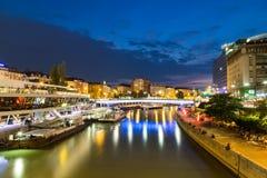 Canal de Danube à Vienne pendant l'heure bleue images libres de droits