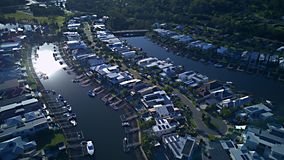Canal de domaine de RiverLinks à côté de l'île d'espoir de vue de matin de rivière de Coomera, la Gold Coast avec le grand lotiss Image stock