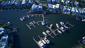 Canal de domaine de RiverLinks de club de yacht de port de bateau à côté d'île d'espoir de vue de matin de rivière de Coomera, la photos libres de droits