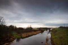 Canal de drenagem com vegetação marginal Foto de Stock