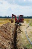 Canal de excavación del excavador para el tubo de agua Imagen de archivo libre de regalías