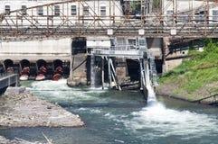 Canal de fluxo da água em um local industrial Fotografia de Stock