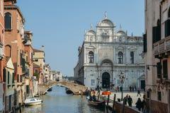 Canal de Fondamenta Dondolo adyacente al dei Santi Giovanni e Pablo de la basílica en el distrito de Ospedale Foto de archivo libre de regalías