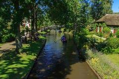 Canal de Giethoorn et beaux cottages sur le rivage image libre de droits